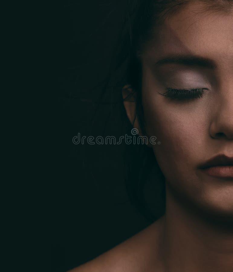 Stående av den unga kvinnan med svart bakgrund Mode utöver det vanliga makeup royaltyfri fotografi