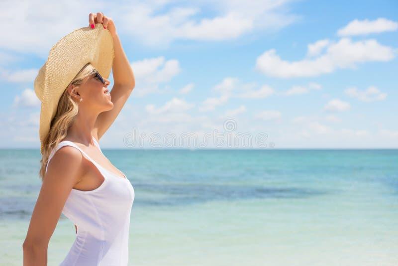 Stående av den unga kvinnan på stranden arkivbild
