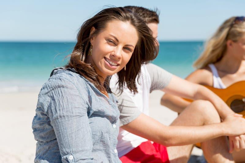 Stående av den unga kvinnan på stranden arkivbilder