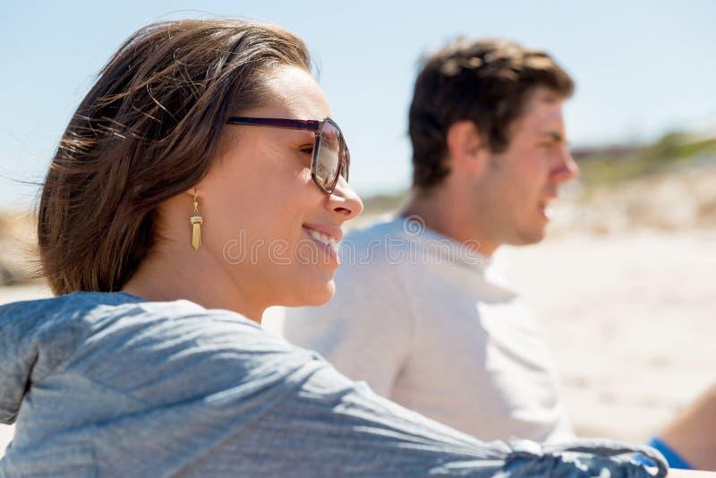 Stående av den unga kvinnan på stranden arkivfoton