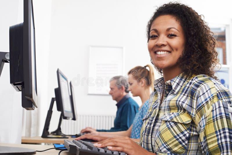 Stående av den unga kvinnan som deltar i datorgrupp i Front Of Scr royaltyfri bild