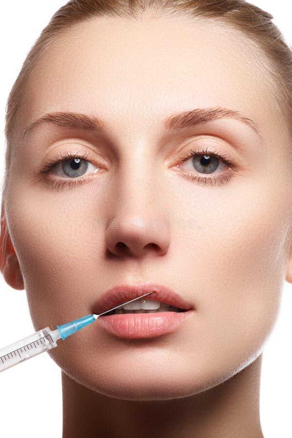 Stående av den unga kvinnan som får den kosmetiska injektionen _ fotografering för bildbyråer