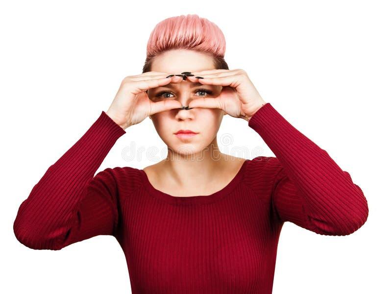 Stående av den unga kvinnan som ser till och med imaginärt binokulärt bakgrund isolerad white arkivbilder