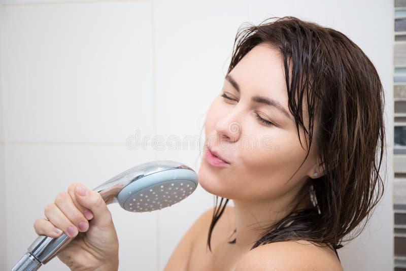 Stående av den unga kvinnan som sjunger i dusch royaltyfri fotografi