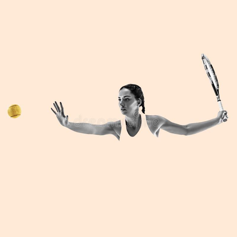 Stående av den unga kvinnan som spelar tennis som isoleras på studiobakgrund arkivbild
