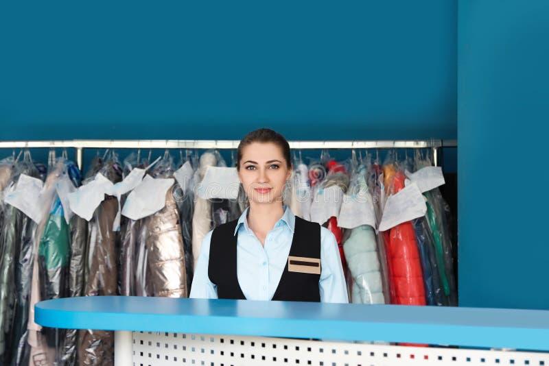 Stående av den unga kvinnliga arbetaren royaltyfria foton