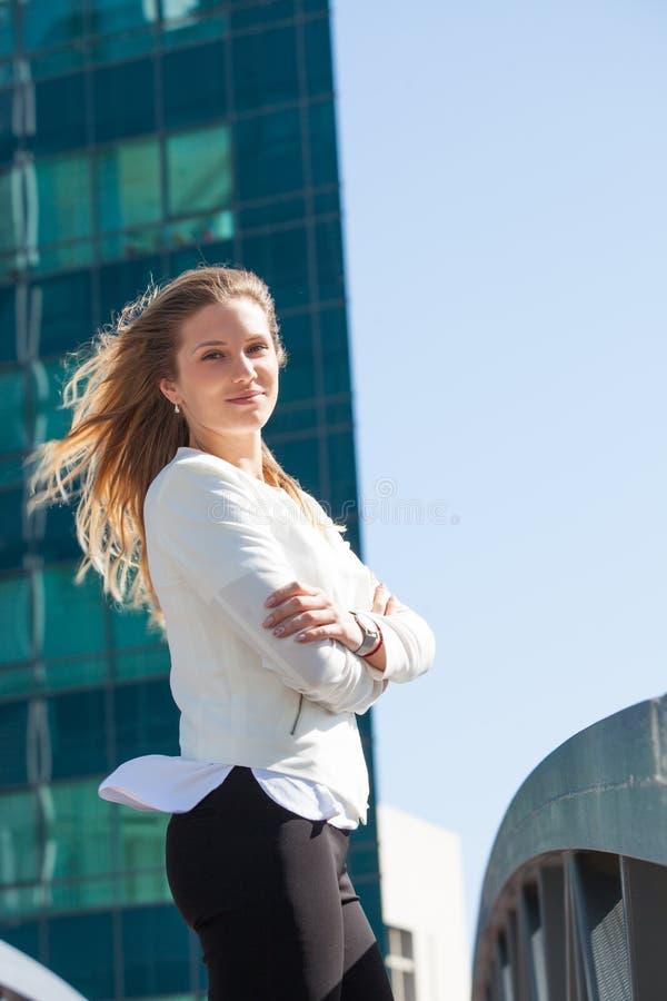 Stående av den unga le affärskvinnan som är utomhus- i staden royaltyfria bilder