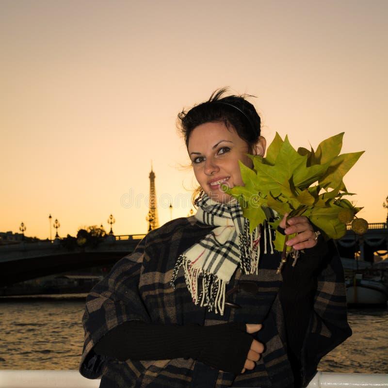 Stående av den unga le brunetten på semester i Paris Frankrike royaltyfri bild