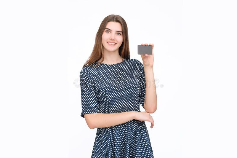 Stående av den unga le hållande kreditkorten för affärskvinna royaltyfri bild