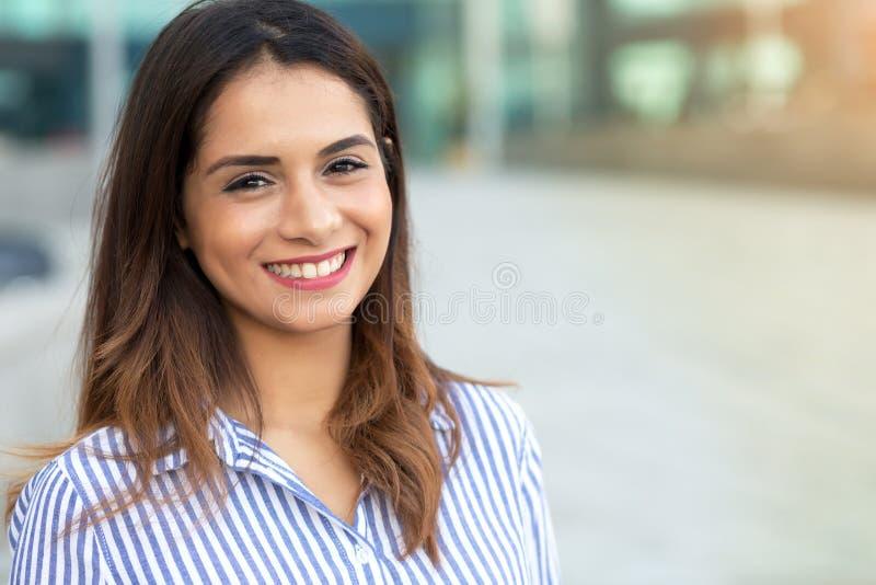 Stående av den unga le kvinnan som är utomhus- med sunligthsignalljuset och kopieringsutrymme arkivfoto