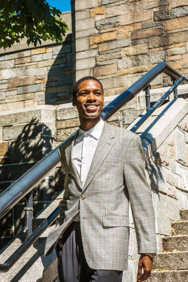 Stående av den unga lyckliga afrikansk amerikanaffärsmannen i New York royaltyfri foto