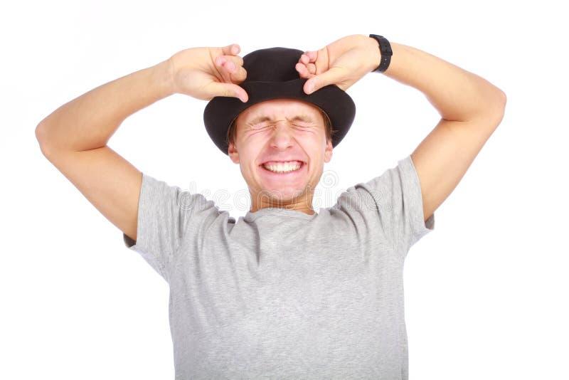Stående av den unga lyckliga mannen i hatt arkivfoto