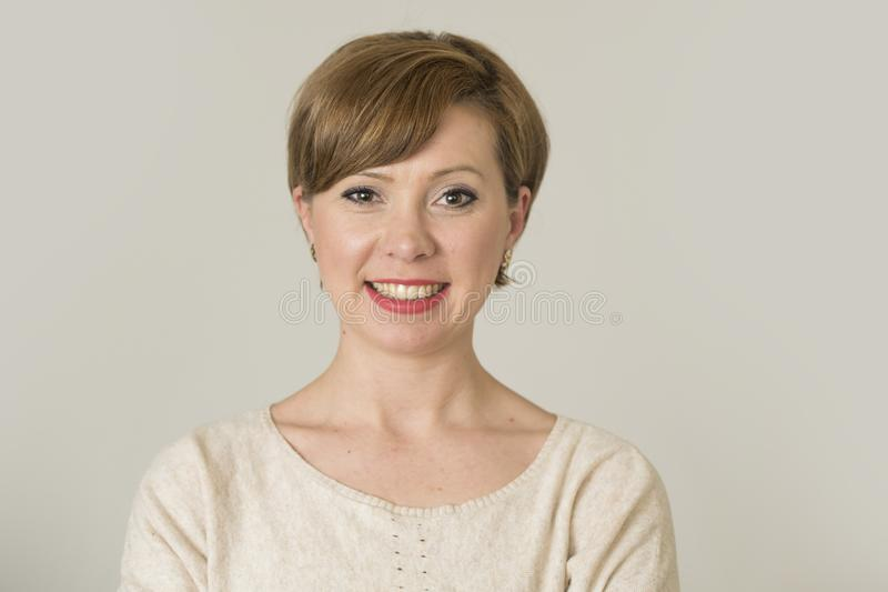 Stående av den unga lyckliga och nätta röda hårkvinnan på hennes 30-tal in arkivfoto
