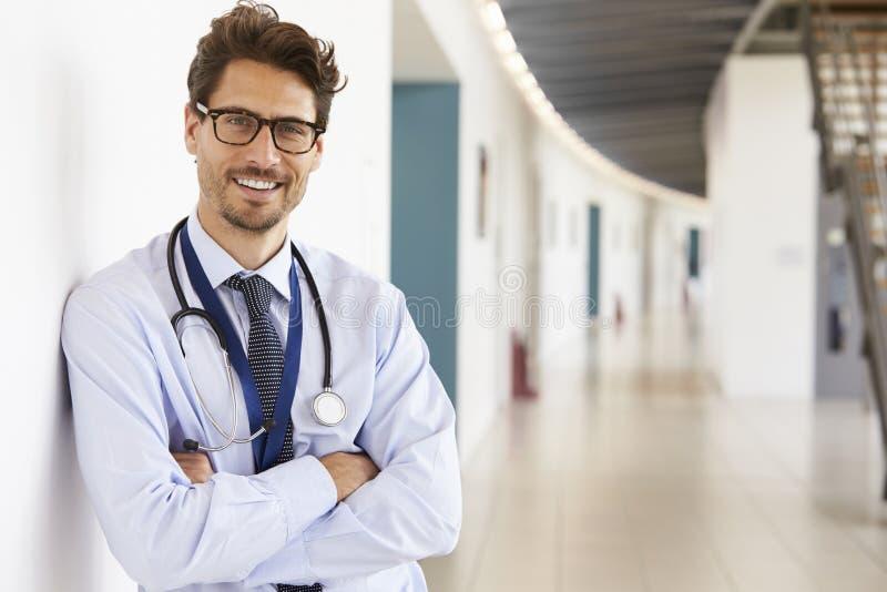 Stående av den unga manliga doktorn med stetoskopet, slut upp royaltyfria bilder