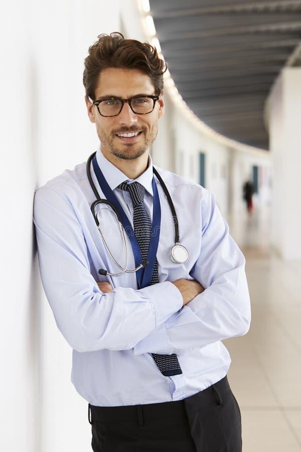 Stående av den unga manliga doktorn med stetoskopet som ler arkivbild