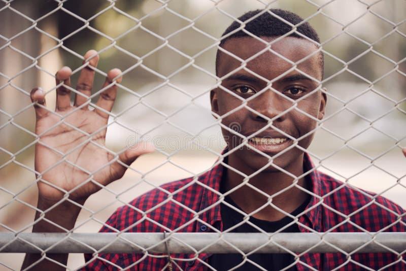 Stående av den unga mannen för lycklig afrikansk amerikan på sportswearen, röd skjorta Begrepp för svart manmodellgata royaltyfria foton