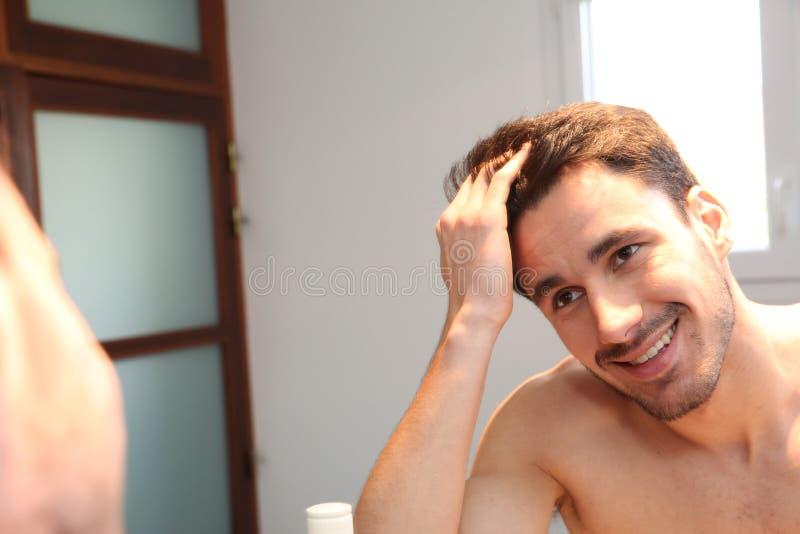 Stående av den unga mannen i spegeln royaltyfri bild