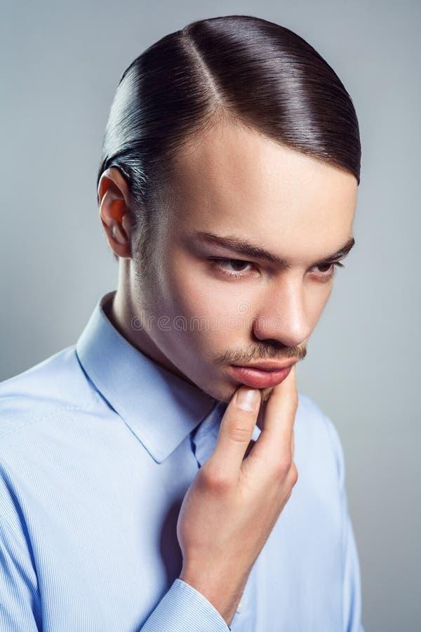 Stående av den unga mannen med den retro klassiska frisyren royaltyfria foton