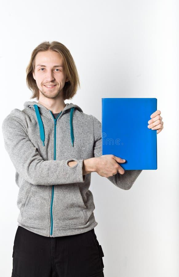 Stående av den unga mannen med långt blont hår på en vit bakgrund royaltyfri fotografi