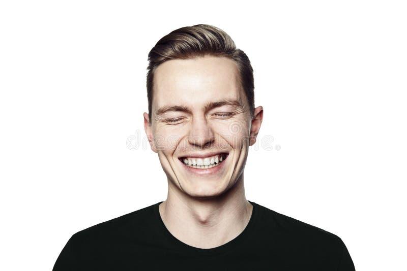 Stående av den unga mannen som ler till kameran royaltyfri fotografi