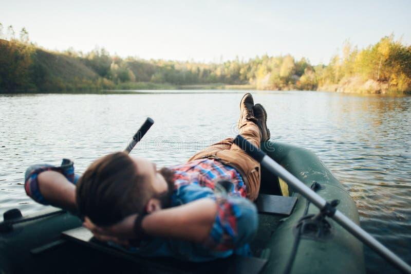 Stående av den unga mannen som ligger på ett fartyg royaltyfri fotografi
