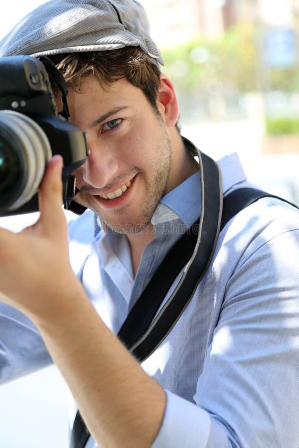Stående av den unga mannen som tar fotostående arkivbilder