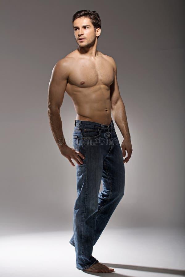 Stående av den unga muskulösa mannen royaltyfri foto