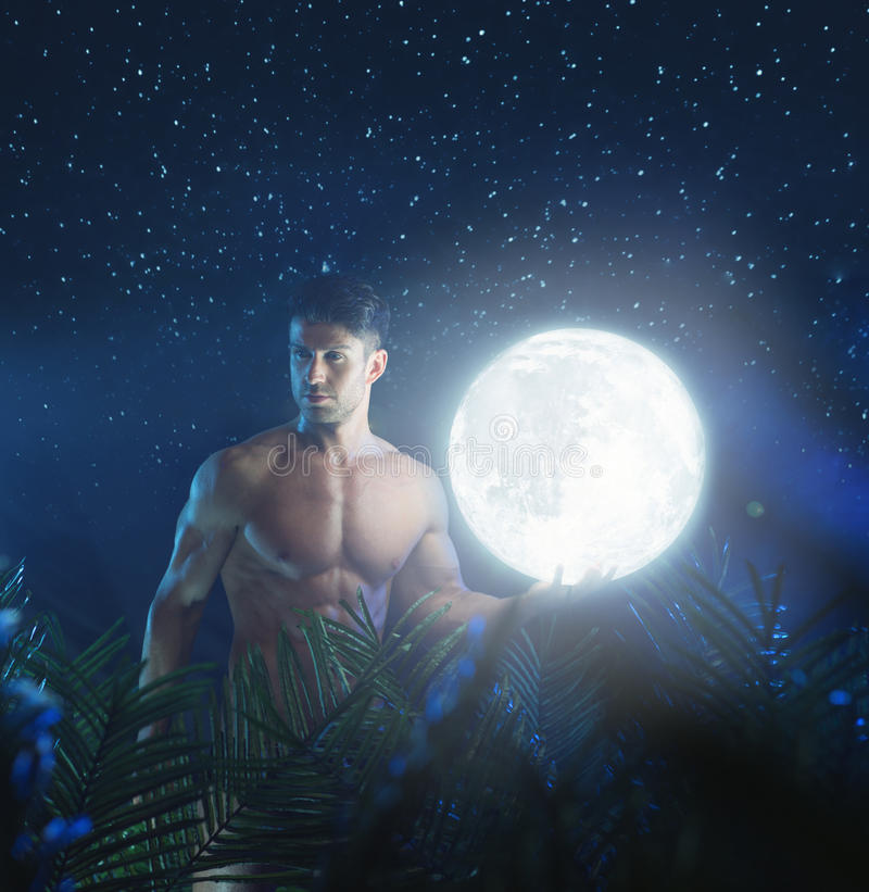 Stående av den unga näcka modellen i nattdjungeln arkivfoto
