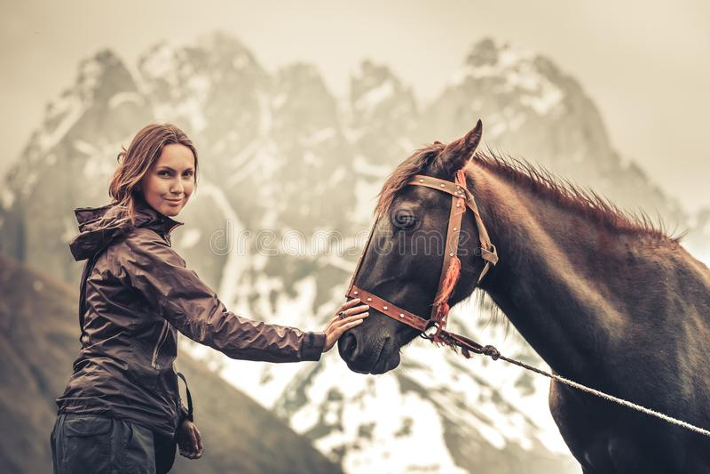 Stående av den unga nätta gladlynta kvinnan med hästen arkivbilder