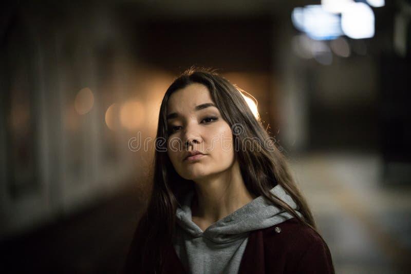 Stående av den unga nätta kvinnan i gångtunnel natt arkivbild