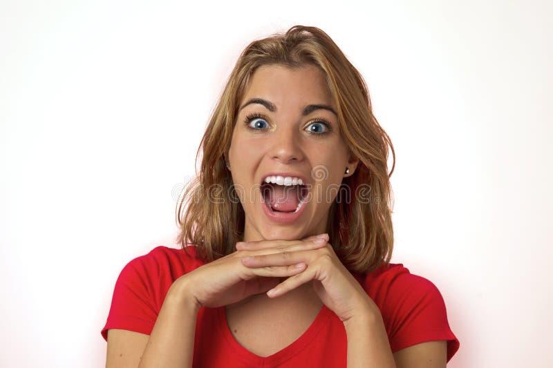 Stående av den unga nätta och attraktiva blonda Caucasian flickan med härliga blåa ögon på hennes 20-tal som är upphetsad och som arkivbild