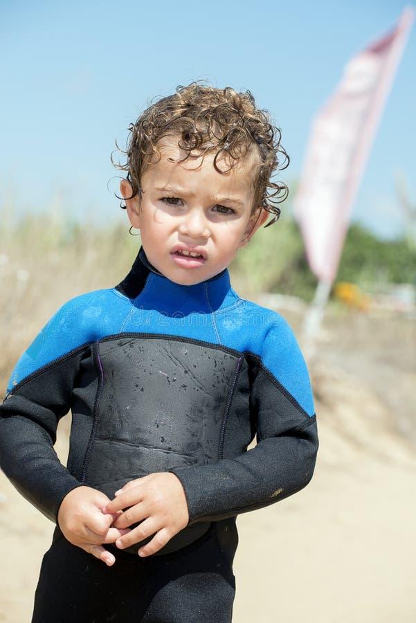 Stående av den unga pojken vid stranden i dykningdräkt royaltyfria bilder