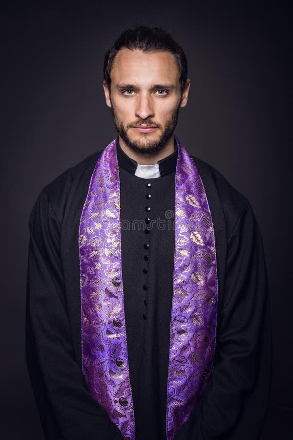 Stående av den unga prästen royaltyfri bild