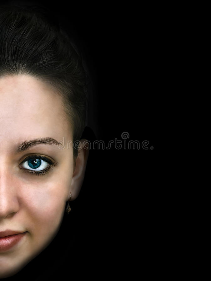 Stående av den unga sinnliga brunettflickan på svart bakgrund arkivbild
