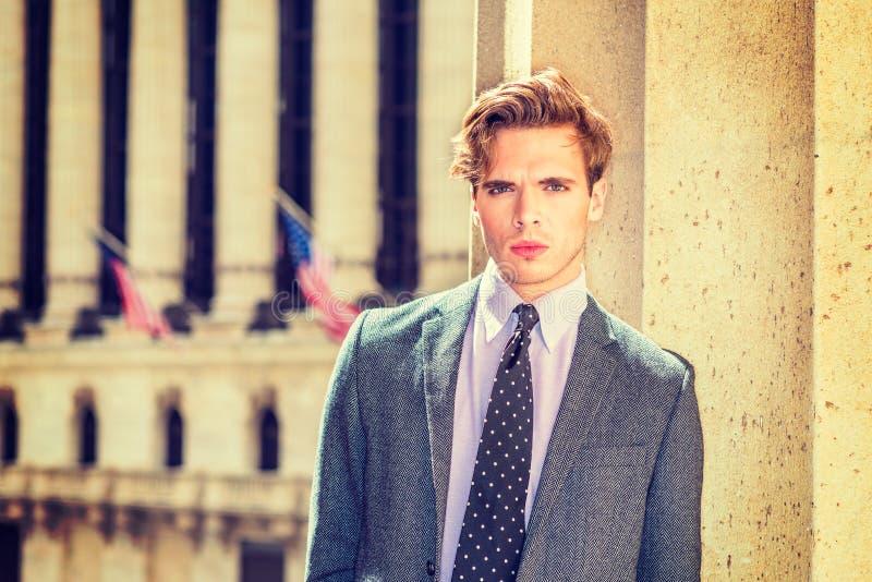 Stående av den unga stiliga amerikanska affärsmannen royaltyfri fotografi
