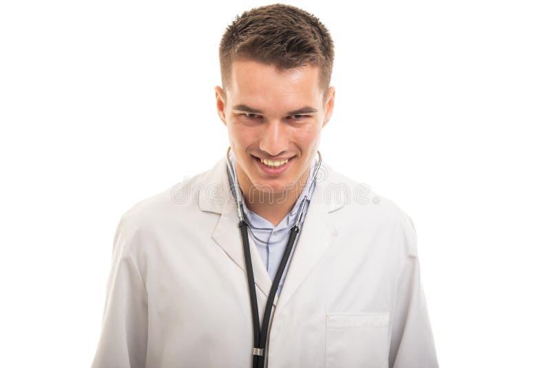 Stående av den unga stiliga doktorn som ler att se för kamera royaltyfri bild