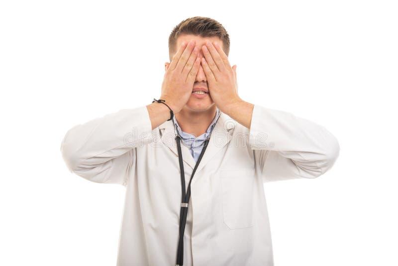 Stående av den unga stiliga doktorn som täcker ögon som blint begrepp arkivfoton