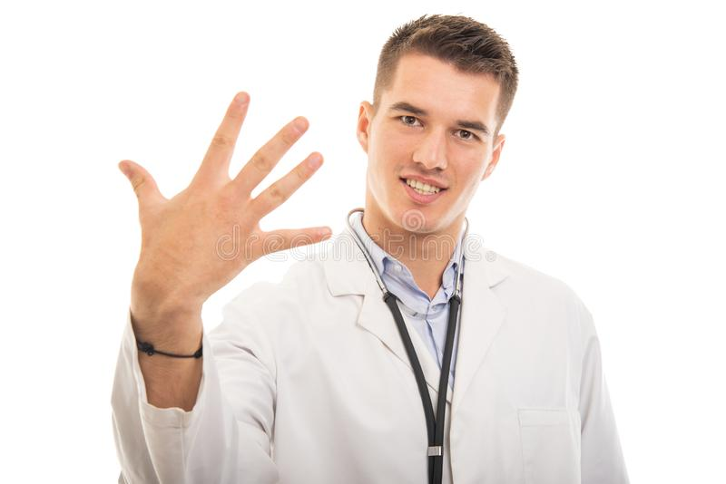Stående av den unga stiliga doktorn som visar gest för nummer fem royaltyfri bild