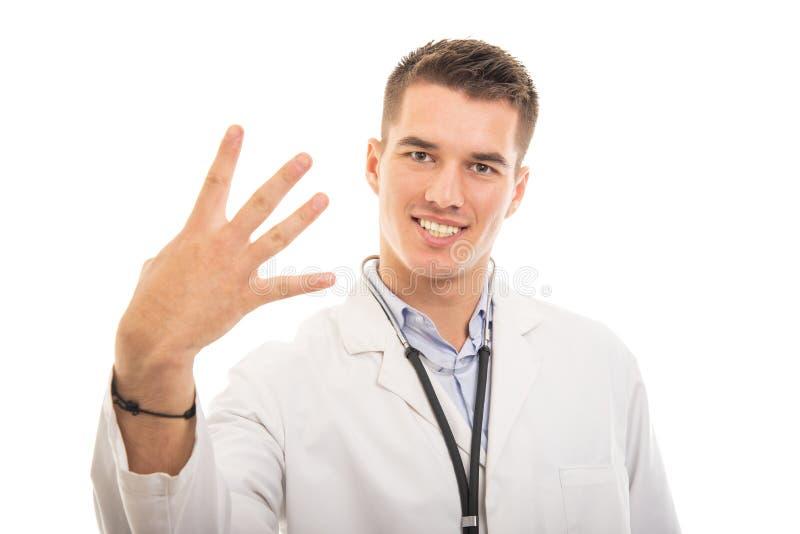 Stående av den unga stiliga doktorn som visar gest för nummer fyra arkivfoto