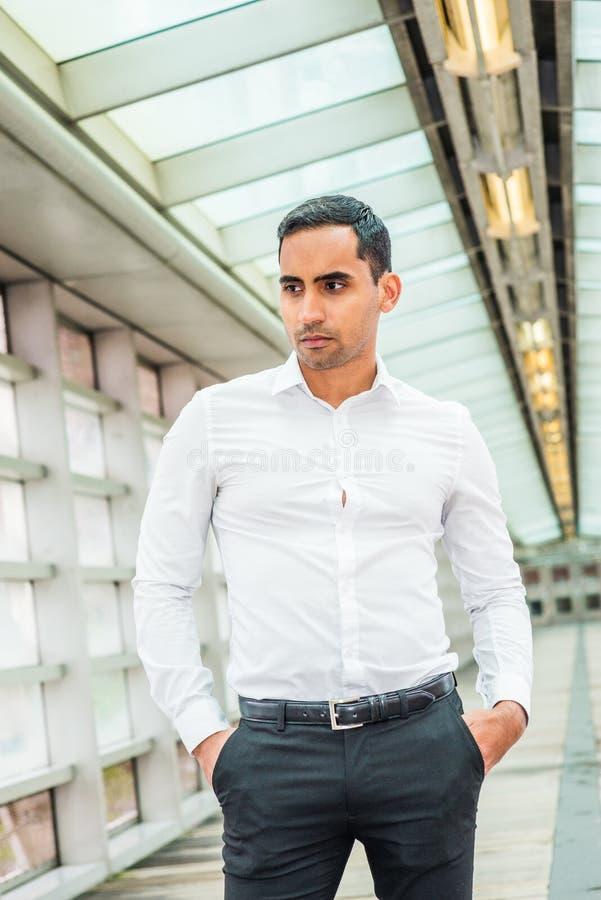 Stående av den unga stiliga mannen för latinamerikansk amerikan i New York royaltyfria bilder
