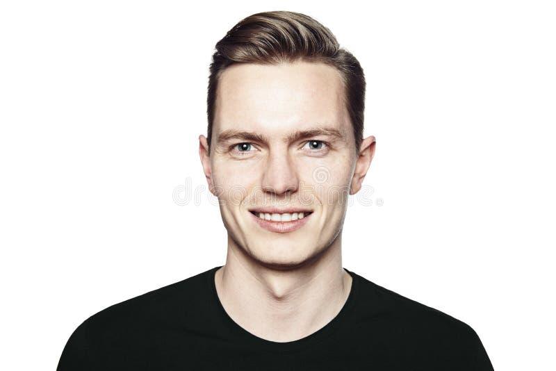 Stående av den unga stiliga mannen med försiktigt leende arkivfoton