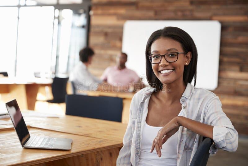 Stående av den unga svarta kvinnan i idérikt kontor royaltyfri fotografi