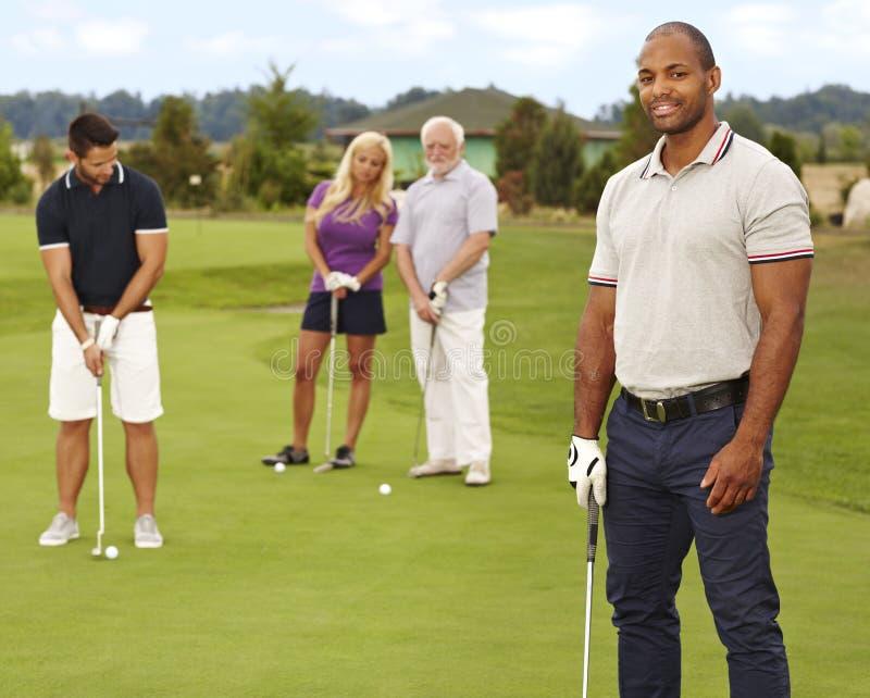 Stående av den unga svarta mannen på golfbana royaltyfri foto