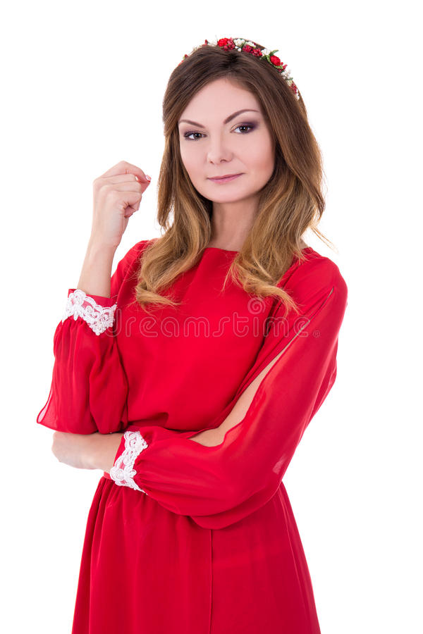 Stående av den unga ursnygga kvinnan i röd klänning på vit royaltyfria bilder