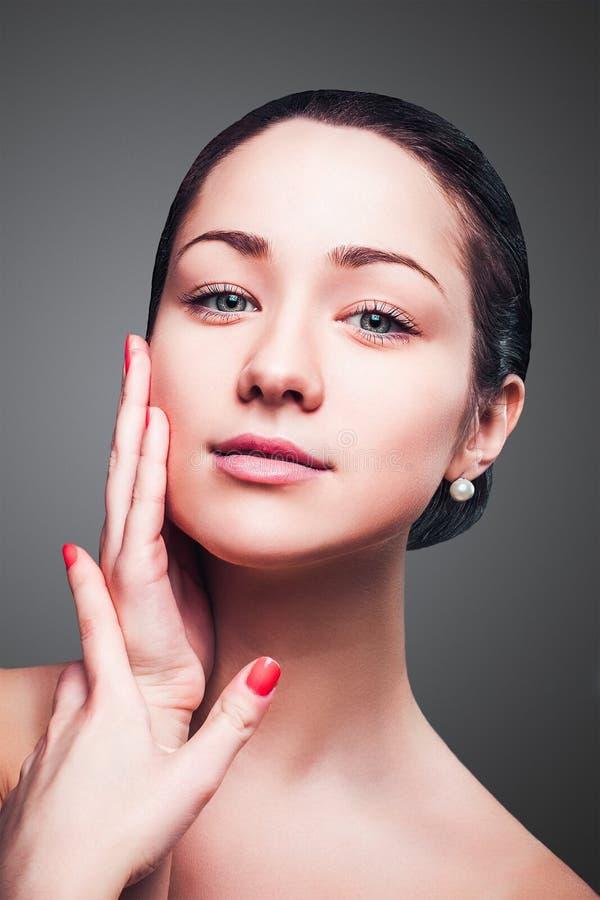 Stående av den unga vuxna kvinnan med vård- hud av framsidan arkivbild