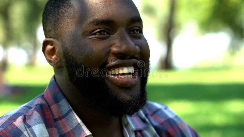 Stående av den upphetsade afro--amerikan mannen som ler och att tycka om liv som spenderar helg royaltyfri foto
