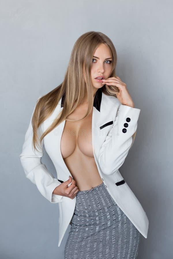 Stående av den ursnygga unga caucasian attraktiva sexiga affärskvinnan royaltyfria foton