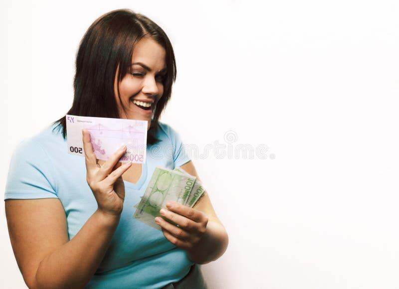 Stående av den verkliga feta unga kvinnan med isolerade pengar arkivbilder