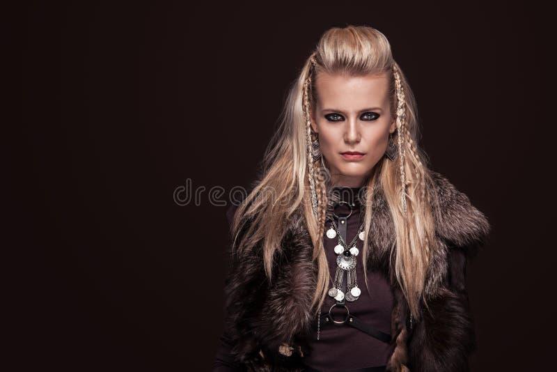 Stående av den viking kvinnan i traditionell kläder för en krigare fotografering för bildbyråer