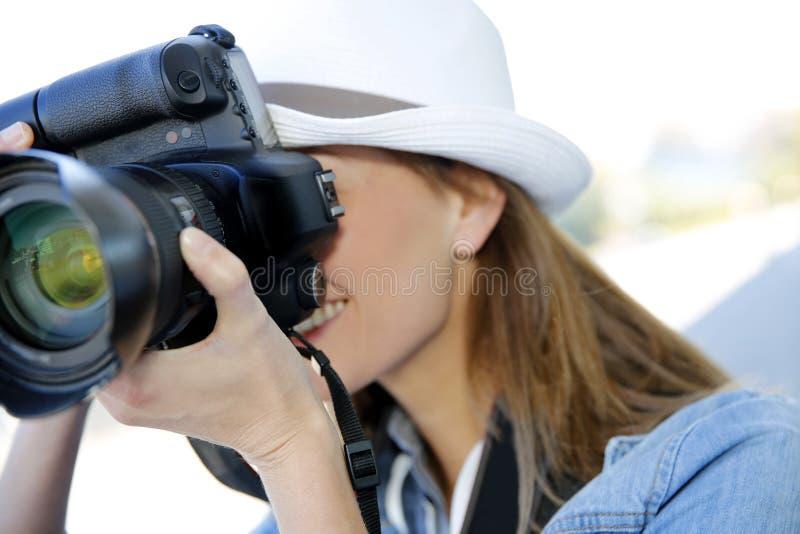 Stående av den yrkesmässiga fotografen fotografering för bildbyråer